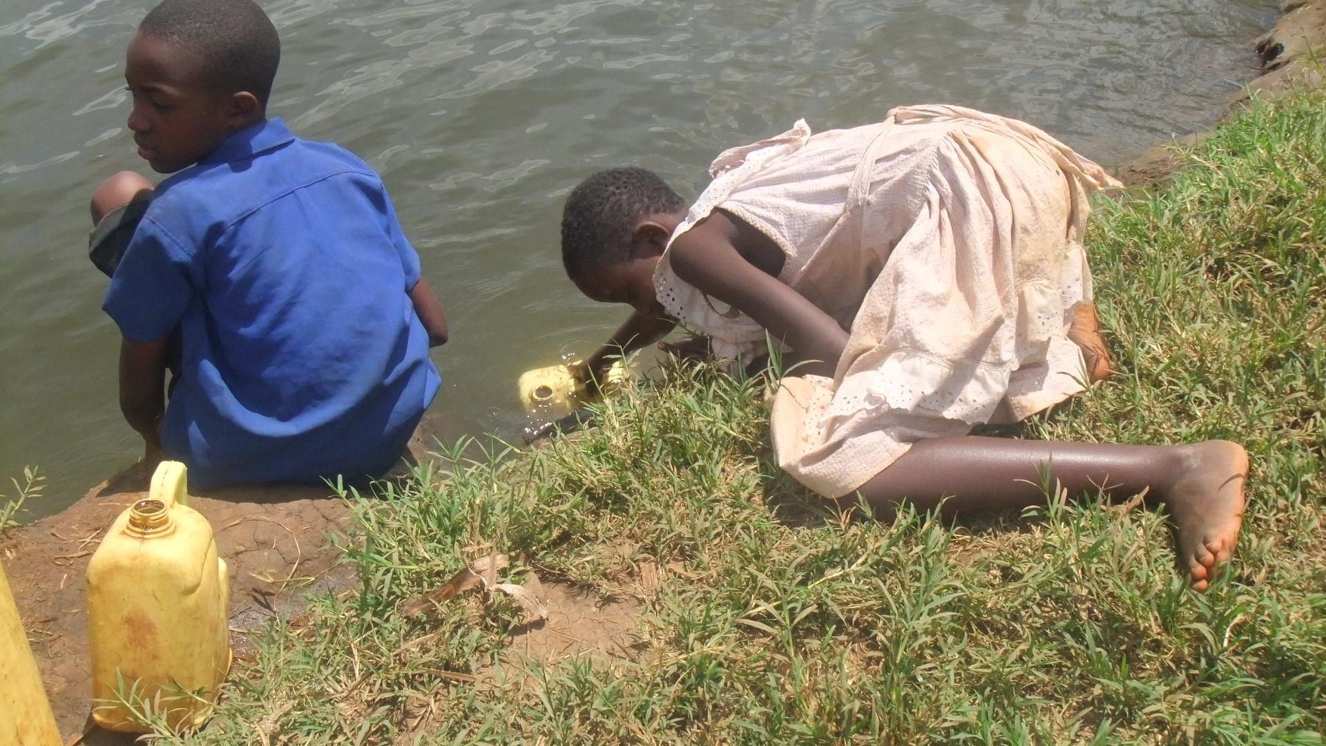 水汲みのため長距離を歩かなければならない子どもたち。汚い水を飲むことで病気にかかる場合もあります
